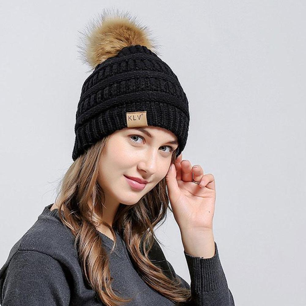 KLV Zimní čepice s bambulí - černá barva