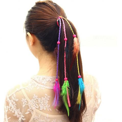 Gumička do vlasů s barevnými copánky a pírky